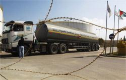 משאית דלק מגיעה לתחנת הכוח בעזה ב-26 במרץ. צילום: רויטרס